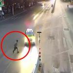 【衝撃映像】走行中の車に走り寄って自殺をはかる男。