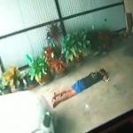 駐車場で寝ていた酔っぱらいの男、轢かれてしまう・・・。