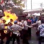 【衝撃映像】暴徒に火を放たれた警察官が火だるまになってしまう映像。