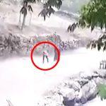 【衝撃映像】落石に直撃して男性が死亡する瞬間。