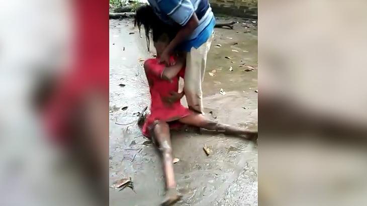 【衝撃映像】村の男に殴られまくって死んでしまった女の子。
