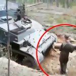 【衝撃映像】なぜか戦車にゆっくり轢かれてしまった兵士。