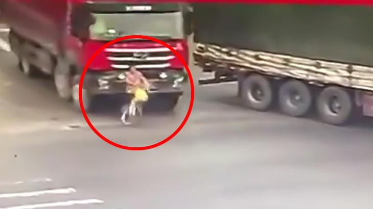 【閲覧注意】自転車に乗っていた女性がトラックのタイヤで潰されて死亡する瞬間。