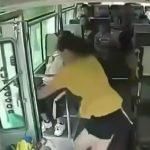 バスに乗っていた女性、突然ドアから身を投げて自殺してしまう・・・。