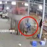 【衝撃映像】工場作業員の男性が一瞬で上半身を潰されてしまうアクシデント映像。