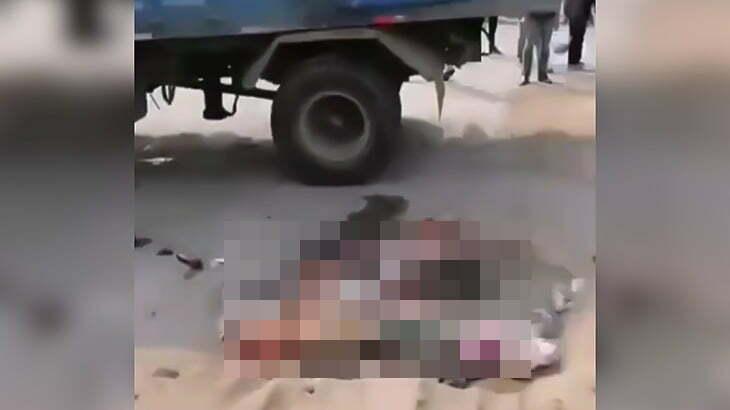 【閲覧注意】横転したトラックの下敷きになりペシャンコに潰されてしまったバイカー。