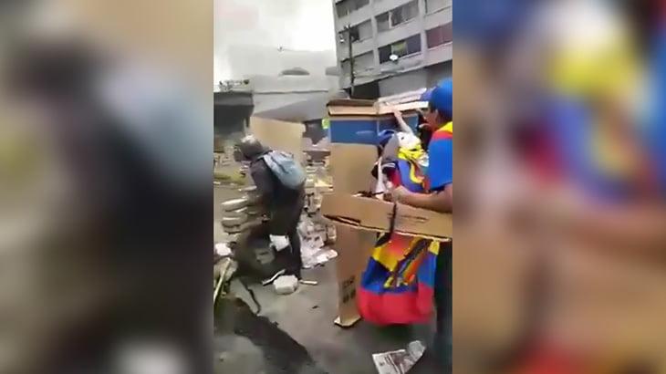 【衝撃映像】銃が飛び交う暴動の中、バリケード越しにヘッドショットされてしまう男性。