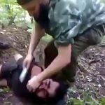 【閲覧注意】捕虜の男性の首をナイフで切って殺すグロ動画。