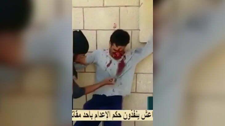 【閲覧注意】捕虜の男性をナイフで刺しまくって殺すグロ動画。