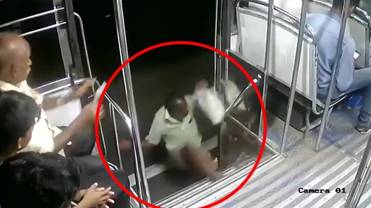 【衝撃映像】バスに乗っていた男性、心臓発作で倒れ車外に放り出されてしまう。