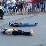 【閲覧注意】地面に仰向けになった2人の女性の間をバイクが高速ですり抜けるイベント中のアクシデント。