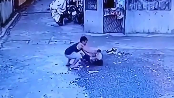 【衝撃映像】男性をナイフで何度も刺して殺す男。
