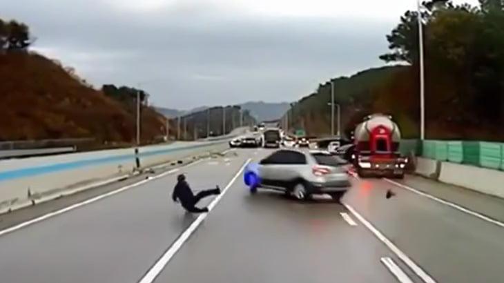 【衝撃映像】映画のワンシーンのように玉突き事故の車を避ける男。