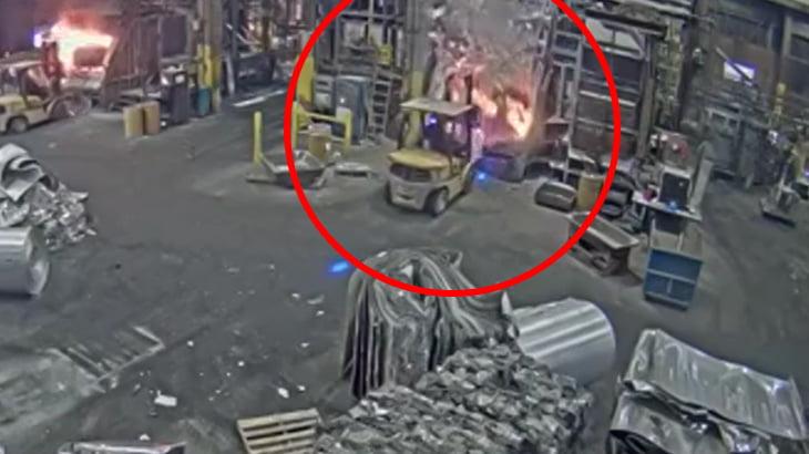 製鉄所の溶鉱炉が爆発する瞬間。