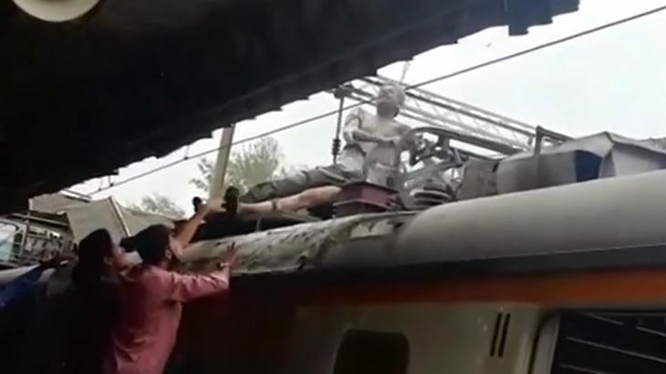 【衝撃映像】電車の屋根で感電する男、爆発してしまう・・・。