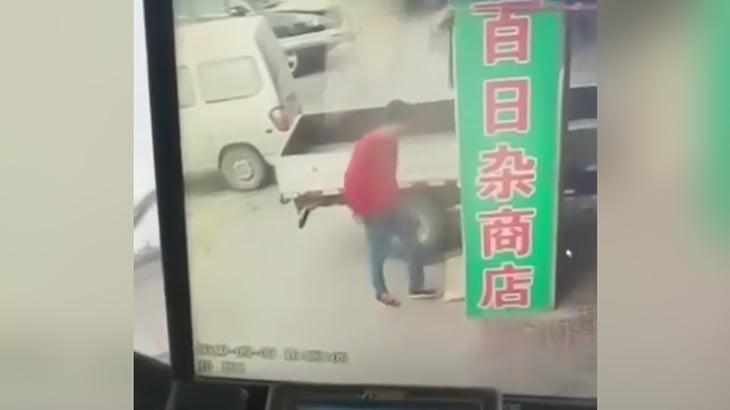 【中国】高所から落下してきたコンクリート片にぶつかって死亡する男性。