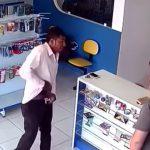 【衝撃映像】強盗の男、店で銃を取り出すも瞬殺されてしまう・・・。