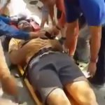 【衝撃映像】猛スピードで突っ込んできたトラックのタイヤにぶつかってしまう男性。