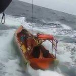 【衝撃映像】嵐で荒れた海での救助活動中、ボートが転覆して隊員たちが海に放り出されてしまうアクシデント。