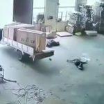 【衝撃映像】フォークリフトを運転していた作業員、ありえないような死に方をしてしまう・・・。