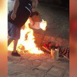 【衝撃映像】橋の下で寝ていたホームレスに火を放つイカれた男。