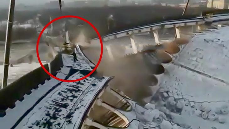 【衝撃映像】スタジアムの屋根が崩壊して作業員が逃げ遅れてしまう映像、まるで映画・・・。