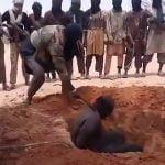 【閲覧注意】掘った穴に座らせた男性の首をマチェーテであっという間に切断するグロ動画。
