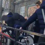 白昼堂々、自転車のワイヤーロックを電動ノコギリで切断して奪っていく強盗たち。