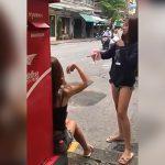 聴覚障害者である2人の女の子が手話で言い争ったあと殴り合う喧嘩映像。