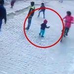 まだヨチヨチ歩きの幼い子どもを自由に歩かせていた結果 → 発車した車に轢かれてしまう・・・。
