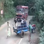 制御不能となったトラクターの荷台に乗っていた2人の女性、崖に落ちてしまう・・・。