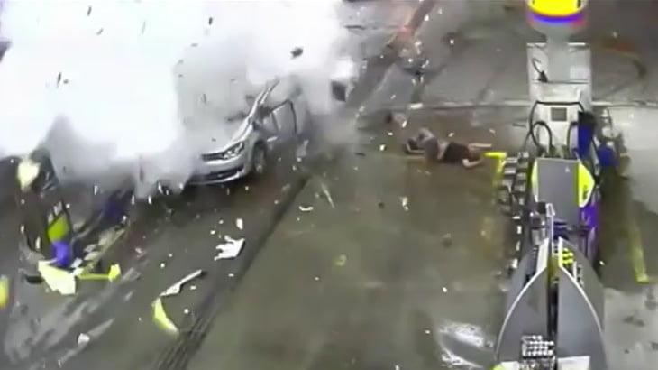 【衝撃映像】給油中の車が突然大爆発する瞬間。