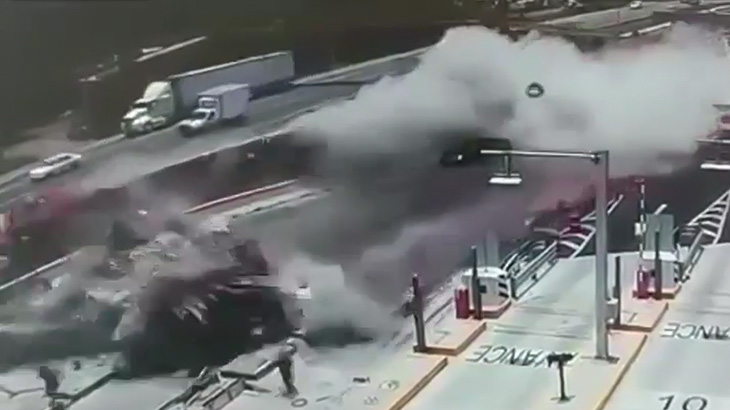 【衝撃映像】トラックが横転し、大量の鉄筋が停車中の車や作業員を薙ぎ払ってしまう・・・。