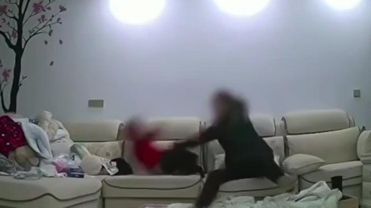 【衝撃映像】生まれて間もない赤ちゃんに虐待するベビーシッターの女。