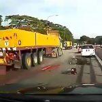 【閲覧注意】バイカーの身体がトラックのタイヤでグチャグチャになる瞬間、やばすぎる・・・。