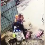 赤ちゃんとお婆ちゃんを乗せて走り出そうとしたスクーター、なぜか工事中の穴に落ちてしまう・・・。