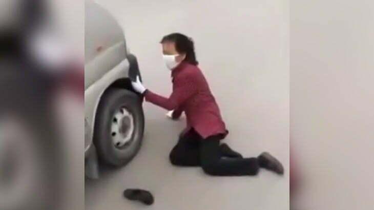 【中国】当たり屋のお婆ちゃんが必死過ぎてむしろ気の毒な気分になる映像。