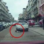 道路に飛び出した子供が車のタイヤで踏まれてしまう事故映像。