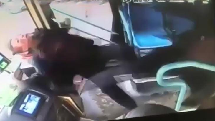 酔っ払ってバスのドライバーにイキリ散らす男、他の乗客のヤクザキックで一発KOされる映像。