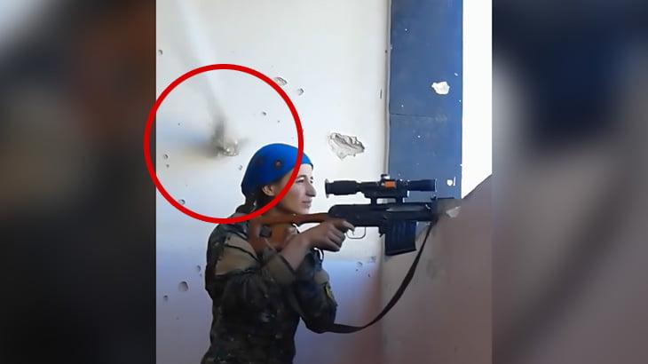 【衝撃映像】少女スナイパーが他のスナイパーに頭を狙われるもギリギリ回避できた映像。