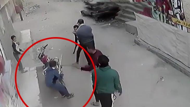大人たちの喧嘩に参加した11歳の男の子、鉄の棒で殴られて死んでしまう映像。