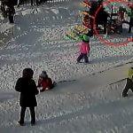 保育園で遊んでいた女の子が遊具で首を吊った状態となってしまう映像。
