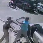 ヤバいドライバーに喧嘩を売ってしまった男性、バットで殴られてKOされる映像。