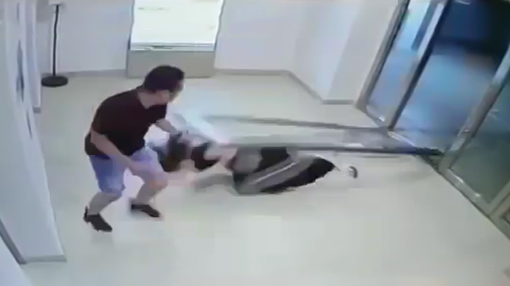 倒れてきた重いガラス扉で頭を強打してしまう女性の映像。
