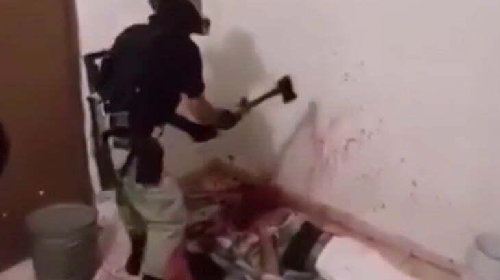 【閲覧注意】ギャングが男性の首をマチェーテや斧で切断するグロ動画。