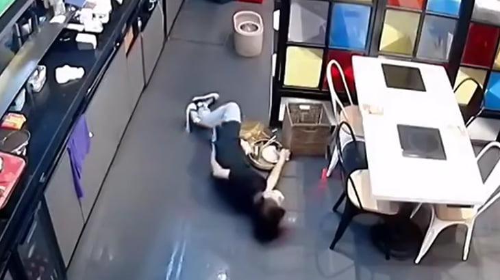 濡れた床で滑ってお尻を強打した女性、抱きかかえた男性が転倒してさらに強打する映像。