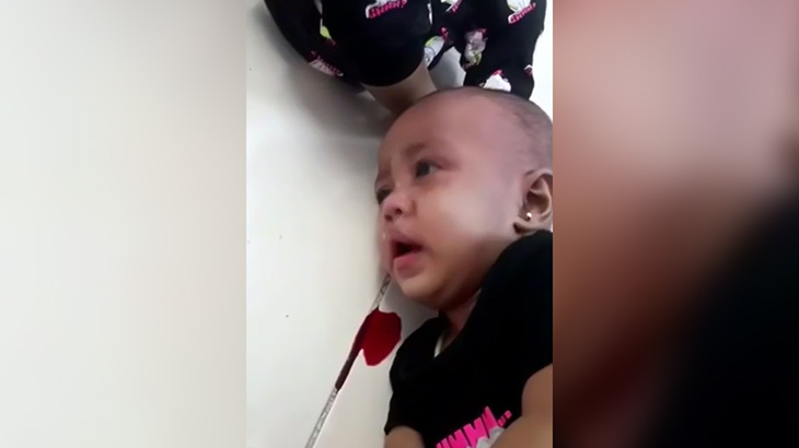 【超!胸クソ注意】幼い2人の我が子を血が出るまで殴ったり首を締めたりするクズ母親の映像。