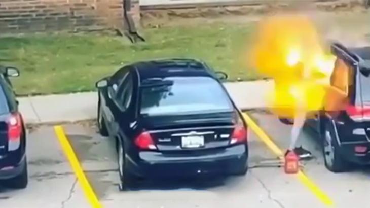 気に入らない奴の車に火を点けた女さん、爆発に吹き飛ばされてしまう映像。