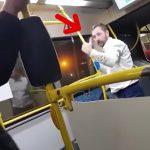 【衝撃映像】バス車内で喧嘩になった男、ナイフで腹を刺されてしまう・・・。