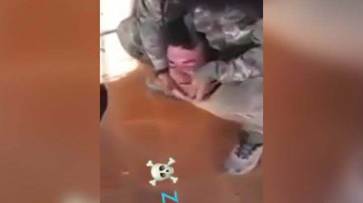 【閲覧注意】やたらと「アッラーフ・アクバル!」言いながら男性の首を切断するグロ動画。